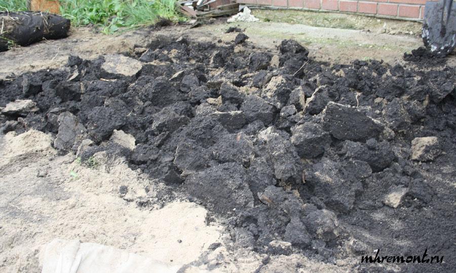 Перед тем как приступить к устройству следует удалить плодородный грунт. Если етого не сделать, то могут образоваться пустоты, и бетон растрескается. Грунт срывают на глубину 1 штыка лопаты. Если где-то сняли много не стоит засыпать это место землей, т.к. уплотнить ее не получится, а в дальнейшем лучше выровнять этот участок песком.