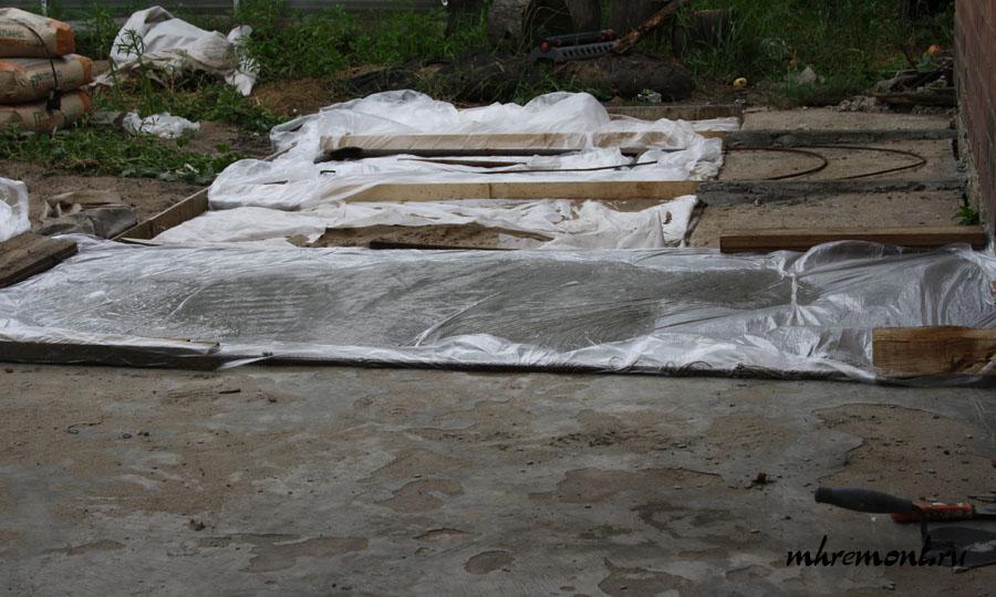По окончании заливки сектора следует подождать минут 30, пока слегка испарится поверхностная влага и укрыть полиэтиленом. Так поступают, чтобы раствор не высох, а затвердел. Если влага быстро испарится, то велика вероятность образования трещин. Снимать пленку можно только после окончательного отвердевания бетона, т.е. примерно через 1 сутки.