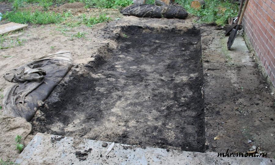 После окончания земляных работ можно приступать к установке опалубки, предварительно смыв грунт с прилегающей территории, чтобы во время работы она не попала в раствор.