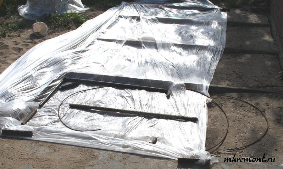 Поверх песчаной подушки укладывается пленка, она задержит цементное молочко, что обеспечит прочность бетона. Далее укладывают арматуру. Для площадки с низкой нагрузкой могут применяться любые металлические предметы. В других случаях, например, если это парковка, то будут большие нагрузки, то здесь целесообразно в качестве армирования следует использовать пруток.