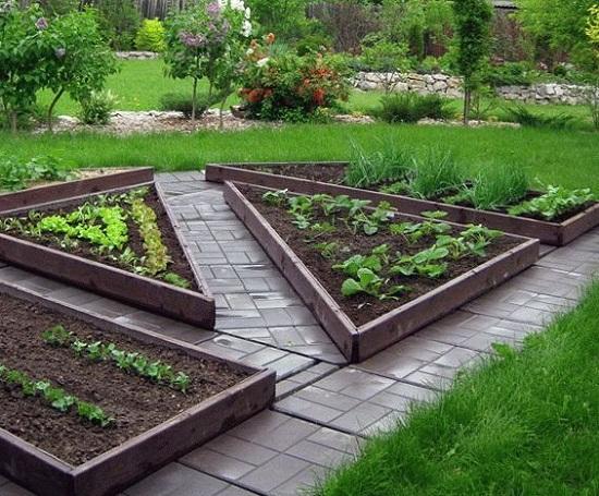 Не высокие грядки обычно изготавливают в одну доску. Так высота грядки будет 12 – 15 см, что прекрасно подойдет любых растений, например, для грядки с клубникой. Толщину доски обычно выбирают 30-40 мм.