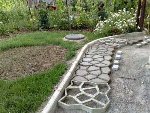Подобие тротуарной плитки можно изготовить непосредственно на месте. Для этого используется специальная форма и цементно-песчаный раствор. В качестве основания хорошо подойдет щебень мелких фракций. Достоинством такой технологии является простота укладки и доставки стройматериалов.