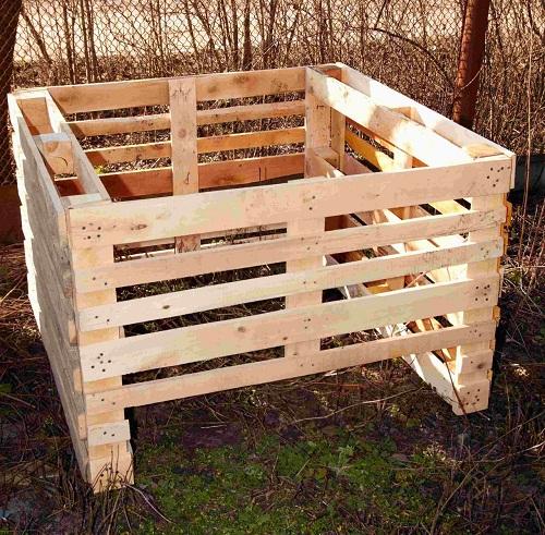 Самый простой компостер можно изготовить из поддонов, которые остаются в избытке после строительства. Он будет иметь объем примерно 1 м.куб., что вполне достаточно для участка средних размеров.