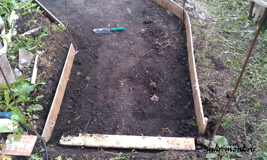 Цементирование дорожек на даче начинают с удаления плодородного слоя земли и установки опалубки.