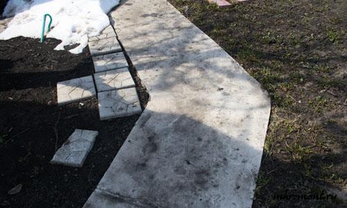Тропинки из цементно-песчаной смеси самые простые в изготовлении и менее затратные по материалам. Конечно они имеют не очень привлекательный внешний вид, но они прочны, долговечны и могут быть основой для укладки натурального камня. Дорожка из бетона на даче имеет главное достоинство — это простота транспортировки материалов на место укладки.