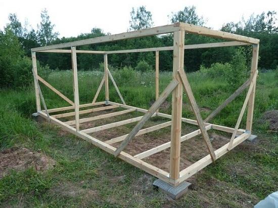 Строительство сарая. Основой стен являются вертикальные бруски. На этом же этапе собирают мауэрлат. Мауэрлат необходим для установки стропил крыши.