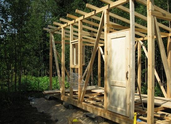 Строим сарай по каркасной технологии. Заключительный этап — это установка горизонтальных и наклонных перемычек. На этом же этапе формируют оконные и дверные проемы, а также монтируют стропила крыши.