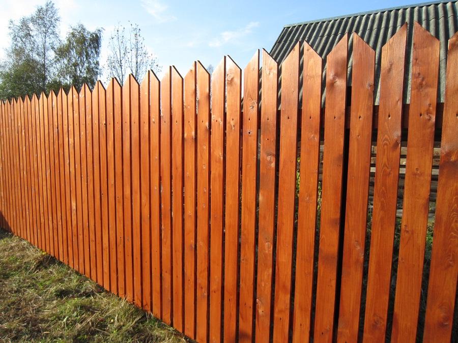 Не глухое ограждение – это забор на даче эконом вариант. Основным декоративным элементов является форма штакетника. Доски крепятся к деревянным поперечинам.