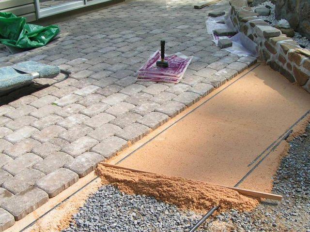 Для выравнивания песка применяются водопроводные трубы, которые играют роль маяков. Перед укладкой трубы удаляют.