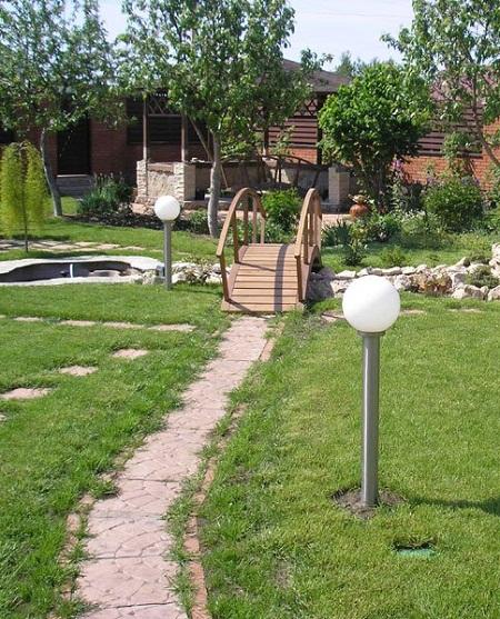 Ширина садовой дорожки 40 – 50 см.