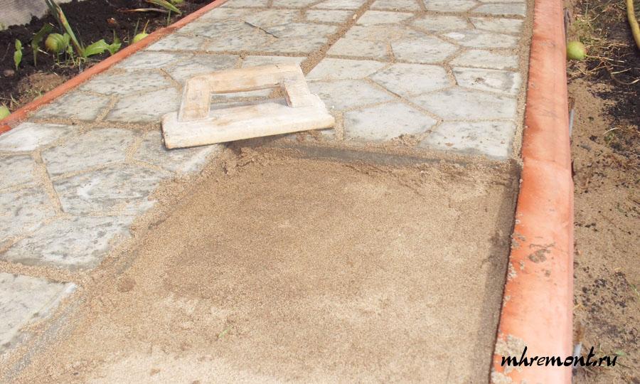 После чего песок необходимо тщательно разравнять.