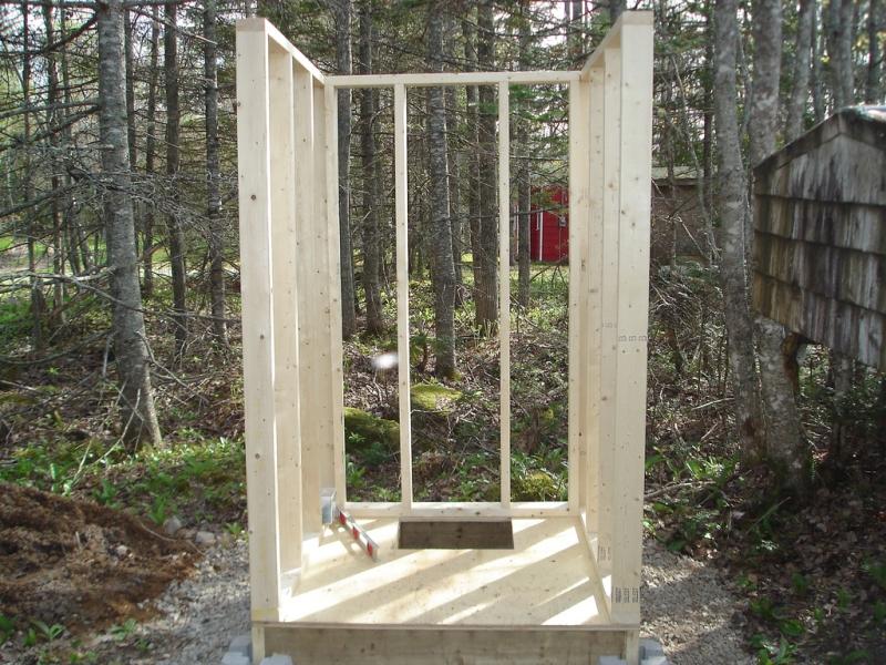 Каркас стен туалетной кабинки из деревянного бруска.