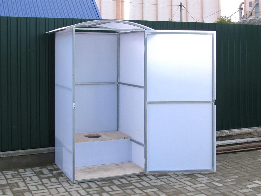 Туалетная кабинка из металлической трубы обшитая не прозрачным полибикарбонатом.