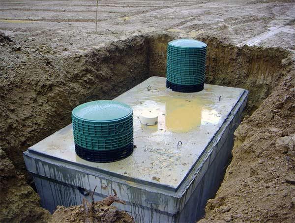 Бетонная двух секционная выгребная яма.