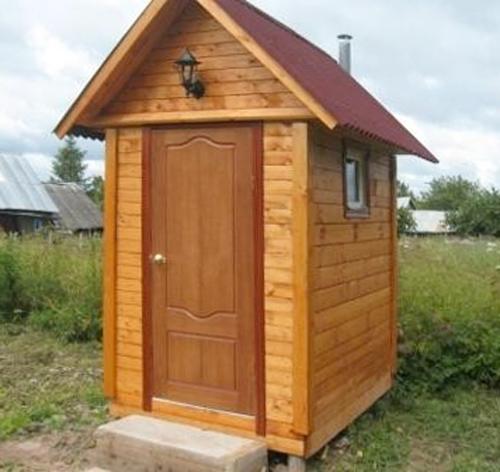 Туалет изготовлен на основе деревянного каркаса и обшит вагонкой.