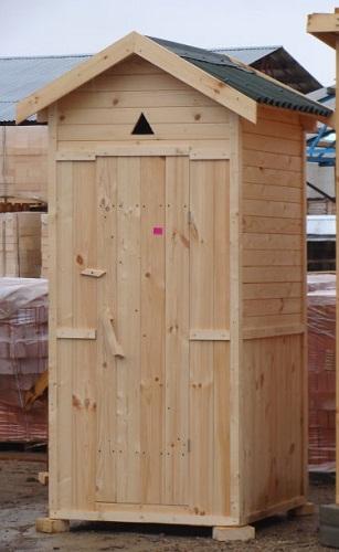 Самый простой — это деревянный уличный туалет.