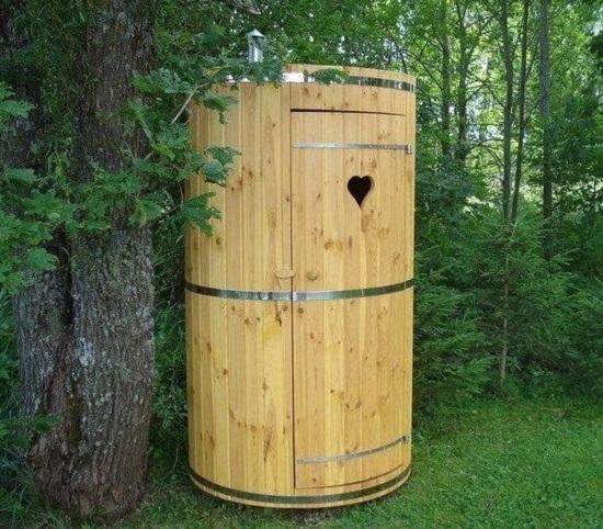 Красивый туалет на даче фото. Туалет в форме бочки – очень оригинальная идея.