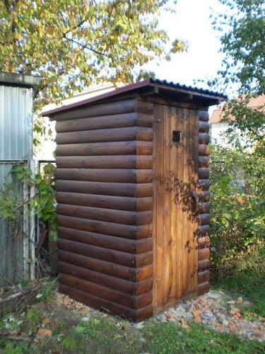 Как замаскировать туалет на даче фото. Обшить его блок хаусом и покрасить его в цвет коры дерева.