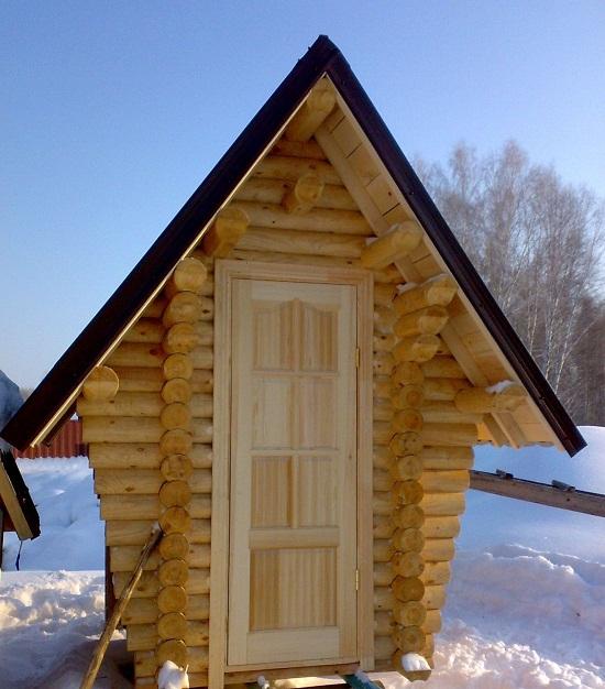 Туалет на даче из бревна.