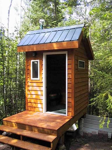 Летний туалет на сваях на наклонном участке.