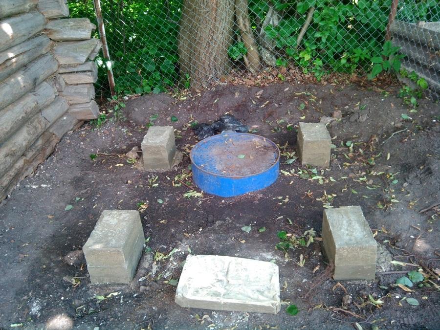 Простейший фундамент из блоков для туалетной кабинки.
