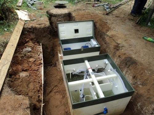Септик — это автономная система канализации для дома. Из-за сложности установки и необходимости круглогодичного использования, они обычно применяются в загородных домах. Нечистоты попадая в септик подвергаются разложению. Септик не требует регулярных чисток.