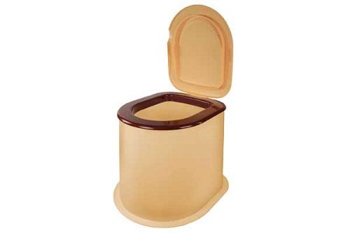 В качестве сиденья может использоваться специальное ведро. Оно устанавливается на пол туалета непосредственно над ямой и крепится к полу саморезами. Крышка не позволяет распространяться неприятному запаху. Обеспечить хорошее проветривание яме можно подняв туалет на 10-15 см над уровнем земли, так не будет запаха и мух.