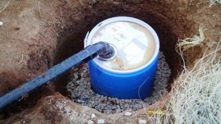 При высоком уровне грунтовых вод существует риск подтопления выгребной ямы и утечки нечистот. В этом случае для отходов используют пластиковый бак. Вокруг него устраивают дренаж. В этом случае отходы туалета на даче периодически приходится удалять, что без сомнения является недостатком такой конструкции.