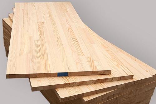 Мебельный щит один из самых простых вариантов для столешницы. В строительных гипермаркетах можно найти любой размер. Она закрепляется к опоре столешницы (царгам) мебельным уголком. Однако столешница из мебельного щита плохо переносит влагу, поэтому для защиты ее следует покрывать лаком.