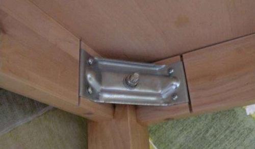 Уголок для крепления опоры к царге самый простой вариант сборке стола. Уголок закрепляется к царгам саморезами, ножка крепится к уголку болтом.