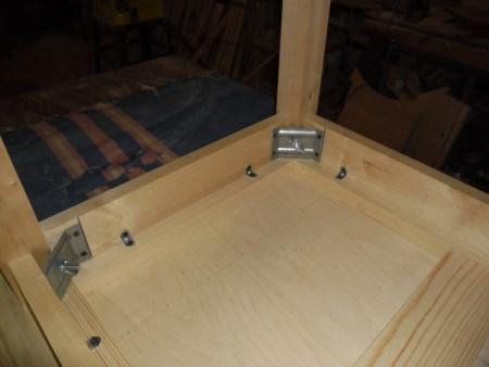 Столешница закрепляется к царгам с помощью металлического мебельного уголка саморезами. Для повышения прочности соединения стык столешницы и царг можно обработать влагостойким клеем ПВА.