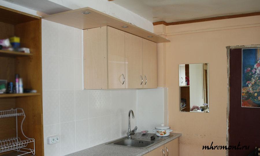 В качестве кухонного фартука проще всего использовать настенную плитку. Стоит она не дорого, ее легко доставить на место установки кухни и не сложно уложить. Важно отметить, что чем крупнее размер плитки, тем проще и быстрее укладка.