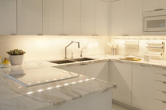 Хорошая освещенность столешницы — это снижение нагрузки на зрение. Подсветка столешницы изготавливается на основе светодиодной ленты. Смонтировать светодиодную ленту на дно верхнего ряда шкафов можно своими руками.