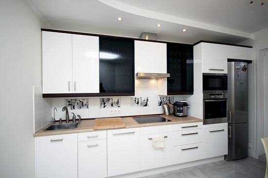 Обычно кухни не большие. Поэтому ценен каждый сантиметр пространства. При изготовлении кухонного гарнитура на заказ можно использовать все доступное пространство. Если приобретать готовый кухонный гарнитур, то такой возможности не будет.