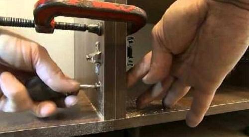 Стяжка шкафов межсекционной стяжкой. Для установки стяжки необходимо зафиксировать шкафы с помощью струбцин. Далее сделать отверстие диаметром 9мм (на 1 мм больше диаметра стяжки). После чего установить и закрепить стяжку.