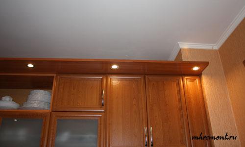 Мебельные светильники в козырьке - дополнительное освещение и украшение кухонного гарнитура. Они не создают достаточного уровня освещенности над столешницей. Однако вносят значительный вклад.