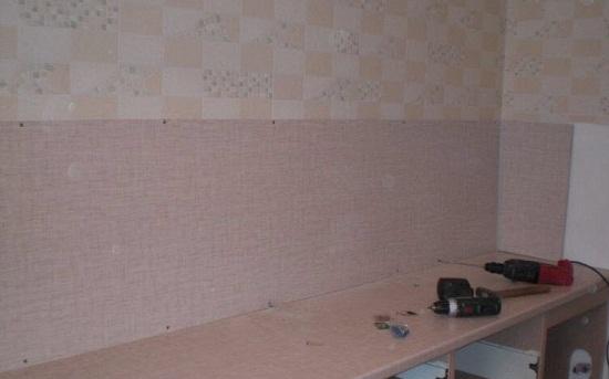 Проще всего установить фартук на стену из гипсокартона. Фартук крепится к стене саморезами по периметру фартука. Шаг саморезов примерно 50 см. В последствии, саморезы скроет плинтус.
