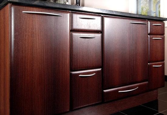 На кухне часто применяют панели МДФ ламинированные меламиновой бумагой. Эти панели ничем не уступают постформингу, но позволяют изготавливать не плоские элементы кухни, например, полукруглые.