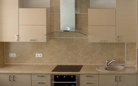 Стандартно выпускаемый кухонный фартук из МДФ имеет длину 3000 мм и ширину 600 мм. Это приводит к образованию стыков между панелями. Самый распространенный пример это зона плиты и вытяжки. Конечно стыки не сильно заметны, но часто их приходится дополнительно декорировать.