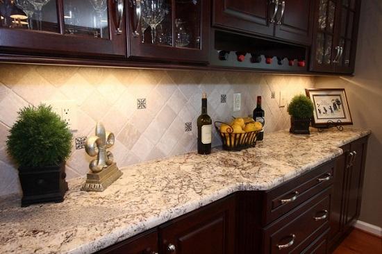 В классических кухнях шарм и фундаментальность лучше придает керамическая плитка. Однако ее укладка сложнее, а стоимость выше. Поэтому часто отдают предпочтению легким просторным современным кухонным гарнитурам и как следствие фартуку из МДФ.
