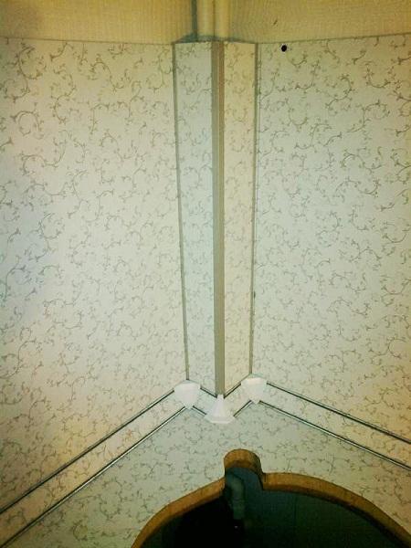 Из деталей фартука может быть сделан короб для скрытия труб. например, газовых. Места соединения элементов фартука декорируют пластиковым уголком. Все элементы фартука могут быть закреплены саморезами к плинтусу, установленному на столешницу и на верхний ряд шкафов.