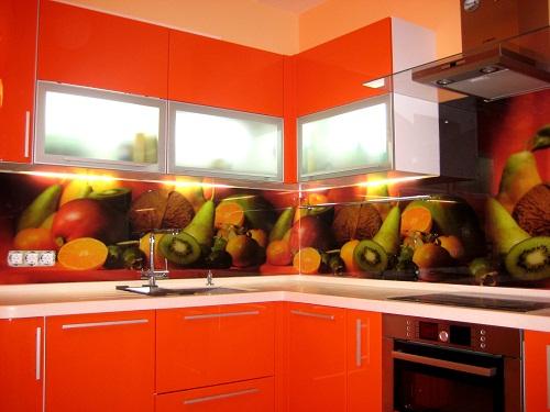 Кухонный фартук из стеклянных панелей.
