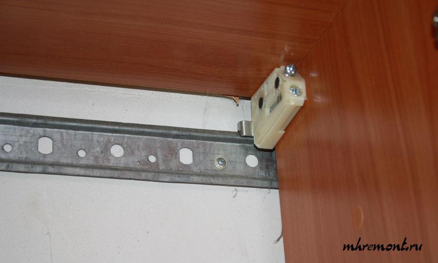 Регулируемый подвес и планка. Применяется для подвеса шкафов верхнего ряда. Грузоподъемность подвесов 80 кг.