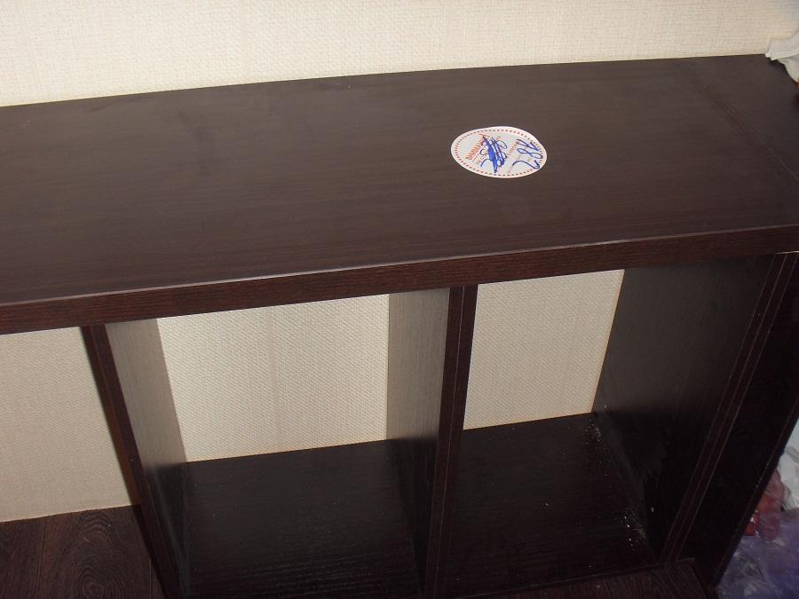 Собранный каркас нижнего ряда шкафов с установленной столешницей.
