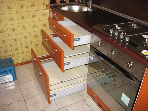 Выдвижные ящики изготовлены из готового комплекта, называемого «метабокс».