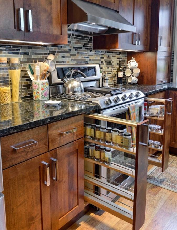 Выдвижные вертикальные ящики по обе стороны от плиты. Удобно для хранения специй и масла.