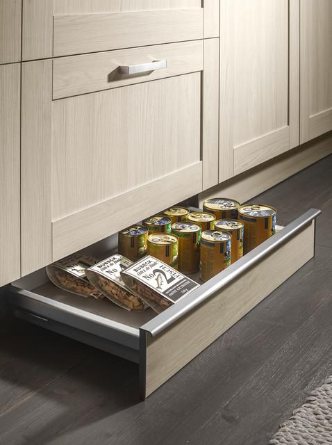Выдвижной цокольный ящик – дополнительное место для хранения.