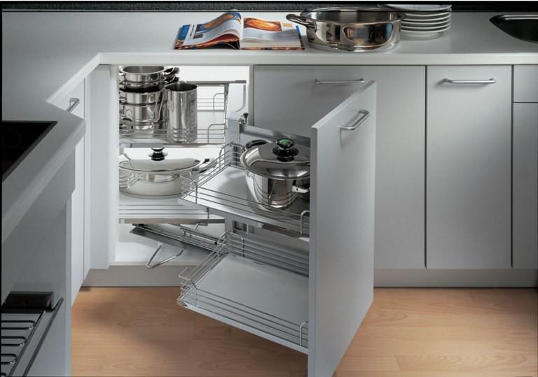 Фурнитура для углового кухонного шкафа, позволяющая использовать все его пространство.