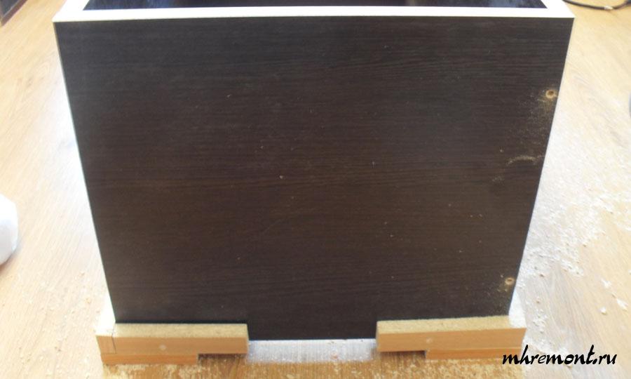 Сверление отверстий под конфирмат с применением самодельного приспособления для сборки.