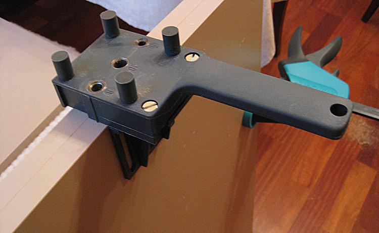 Кондуктор для точного сверления отверстий под конфирмат различного диаметра.